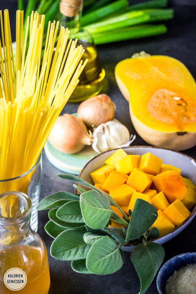 Kalorienarme Parmesan-Salbei-Sauce zu Pasta mit Kürbispüree - das ist cremige und sahnige Pasta, würzige Sauce und dabei ohne Sahne oder viel Fett. Reste lassen sich auch einfach einfrieren, daher perfekt als Meal Prep Nudelsauce. Statt Butternut lässt sich auch mit dem Hokkaido-Kürbis eine leckere kalorienarme Nudelsauce machen. Als kalorienarmes Mittagessen oder Abendessen perfekt für den Herbst. Gesundes und kalorienarmes Kochen. Schnelle und einfache Rezepte zum Abnehmen. - kaloriengeniessen.de #kürbis #butternut #hokkaido #schnellundeinfach #kaloriengeniessen #rezeptezumabnehmen #pasta #nudeln #herbstgericht #fettarm
