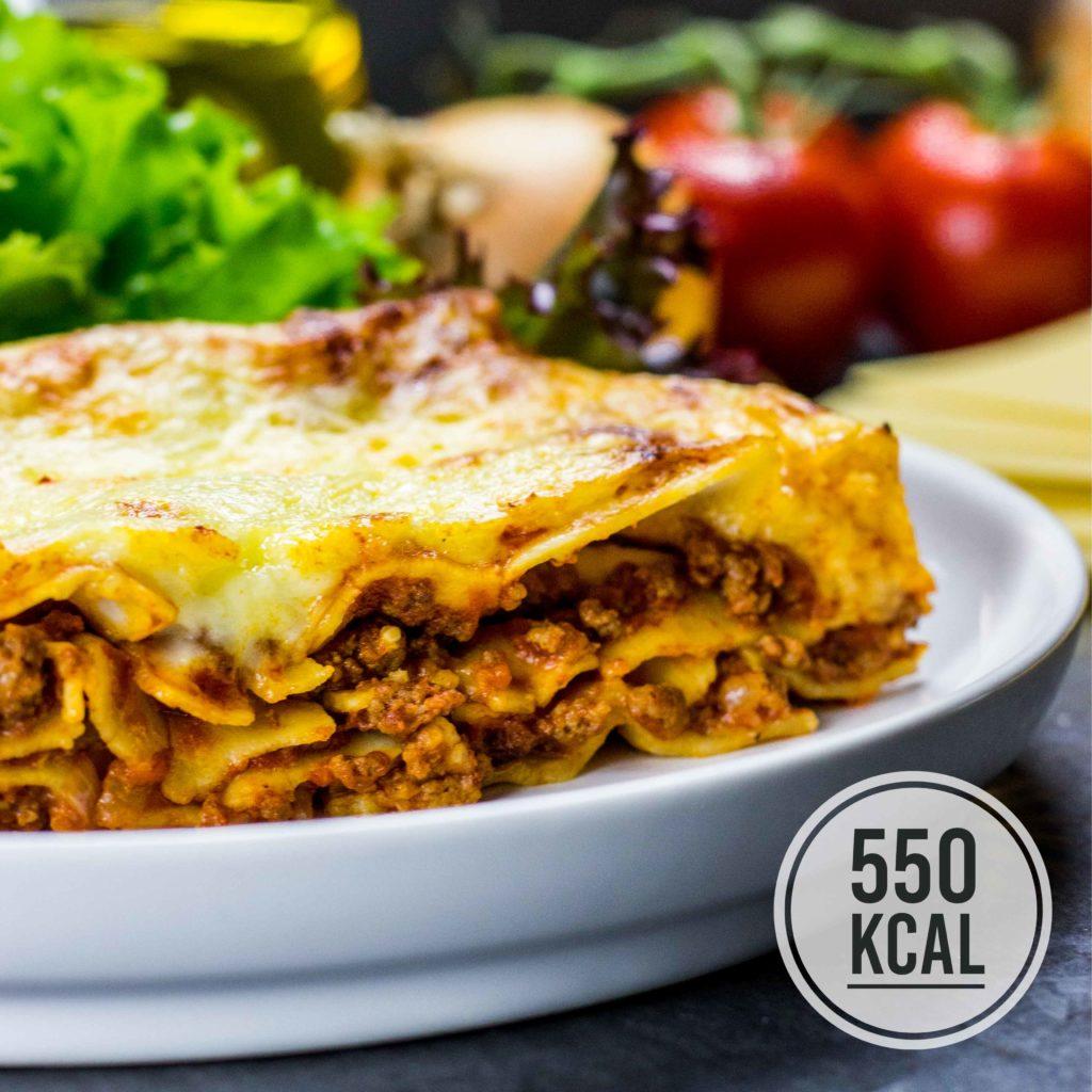 Leichte und echte Lasagne. Authentisch mit Bolognese, Bechamel und Pasta. Einfaches und schnelles Rezept. Gesundes und kalorienarmes Kochen. Schnelle Rezepte zum Abnehmen. - kaloriengeniessen.de #lasagne #bolognese #bechamel #pasta #schnellundeinfach #kaloriengeniessen #rezeptezumabnehmen