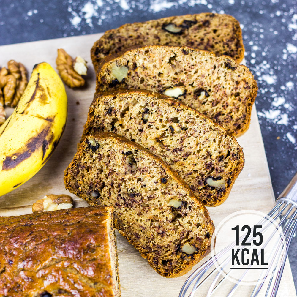 Saftiges und fluffiges Bananenbrot mit crunchy Walnüssen - kalorienarm, fettarm und wenig Zucker. Perfekte Konsistenz und super einfaches Rezept. Kalorienarm Backen. Schnelle Rezepte zum Abnehmen. - kaloriengeniessen.de #bananenbrot #bananabread #cake #süß #dessert #frühstück #snack #bananenkuchen #schnellundeinfach #kaloriengeniessen #rezeptezumabnehmen