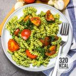Nudeln mit Spinat, Tomaten und Parmesan (schnell, einfach und kalorienarm)