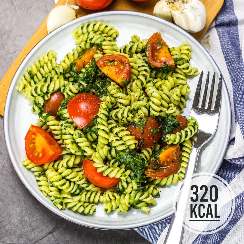 Super schnelle Nudeln mit Spinat, Tomaten und Parmesan. In nur 15 Minuten auf dem Tisch. Herrliche Pasta für 320 Kalorien. Kalorienarm Kochen. Schnelle Rezepte zum Abnehmen. - kaloriengeniessen.de #nudeln #fusilli #pasta #spinat #rahmspinat #tomaten #mittagessen #schnellundeinfach #kaloriengeniessen #rezeptezumabnehmen